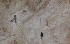 Nhọc nhằn đời phu đá - Kỳ 1: Treo mình trên vách đá
