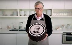 Bill Gates tự tay làm bánh sinh nhật tặng ông Warren Buffett