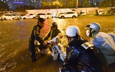 Sài Gòn mưa rất lớn, nửa đêm cả người lẫn xe vẫn vạ vật trên đường