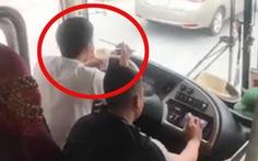 Vừa dùng khuỷu tay lái xe vừa ăn mì gói, tài xế bị tước bằng lái 2 tháng