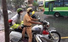 Nhường áo mưa cho thí sinh, chiến sĩ CSGT 'nhớ thời mình đi học'