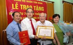 Lãnh đạo TP.HCM trao huy hiệu Đảng cho đảng viên lão thành