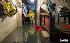 Sau cơn mưa cả tiếng ở TP.HCM, nước tràn vào nhà dân gần 1m