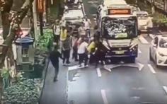 Trong 30 giây, hàng chục người cứu cô gái Trung Quốc bị cuốn vào gầm xe buýt