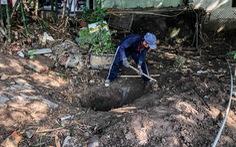 Nước tràn vào nhà ngập cả mét, người dân phải tự đào rãnh thoát nước