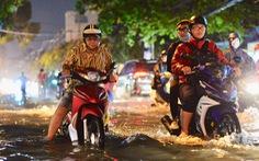 TP.HCM mưa liên tục nhiều giờ, dân bì bõm lội nước trên hàng loạt tuyến đường