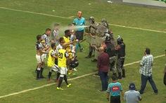 Cãi nhau vì một bàn thắng, cầu thủ ở Brazil bị xịt hơi cay vào mặt