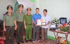 Truy tặng huy hiệu Tuổi trẻ dũng cảm cho chiến sĩ cảnh sát cơ động ở Bắc Giang