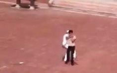 Trèo tường vào trường, thanh niên bị bảo vệ đánh túi bụi trước mặt học sinh