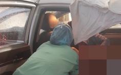 Mẹ bầu vượt cạn sinh con trên taxi trong bão