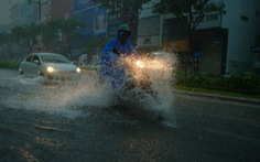 Miền Trung mưa lớn kèm sấm chớp, đường Đà Nẵng ngập, Huế đã có thiệt hại