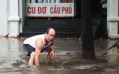 Mưa lớn, nhiều tuyến phố TP Vinh ngập nặng, xe cộ tắc cả tiếng