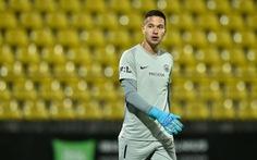 Thời tiết xấu khiến thủ thành Filip Nguyen thủng lưới ở vòng loại Europa League