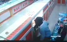Nam sinh lớp 9 bịt mặt lẻn vào tiệm trộm tiền, vàng
