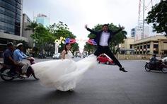 Ảnh cưới khỏa thân, 'đụng đâu ngủ đó': Chỉ cần đôi ta, bất chấp thế gian?