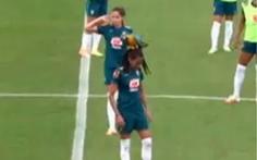 Video: Nữ tuyển thủ Brazil 'đứng hình' vì chú vẹt đáp lên đầu