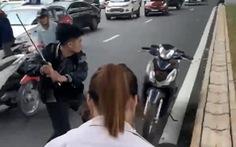Sau va chạm với bà bầu, nam thanh niên cầm gậy dọa đánh người đi đường, vụt nát đầu xe máy