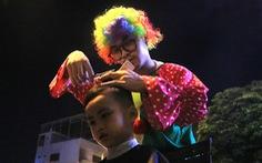 Chàng trai thích đạp xe cắt tóc 'đẹp như ở tiệm' cho người vô gia cư