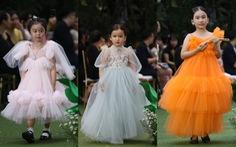 Thành Lộc cùng Minh Tuyết - Cẩm Ly diễn thời trang với hàng trăm thiếu nhi