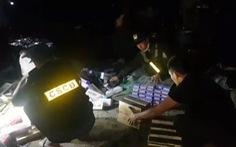 Thu giữ gần 20.000 bao thuốc lá lậu ở bãi đất trống ven đường