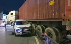 Xe container mất lái húc dải phân cách, gây tai nạn liên hoàn gần chợ Bà Chiểu