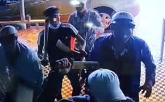 'Xin đểu' 2 triệu không được, kéo cả chục người tới đập phá quán karaoke ở quận 12
