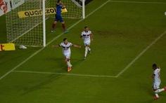 Hậu vệ và thủ môn phối hợp 'thảm họa', để đối phương cướp bóng ghi bàn nhẹ nhàng