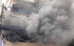 Cháy công ty in vải ở Tân Bình, nhân viên đu dây xuống, 2 người mắc kẹt