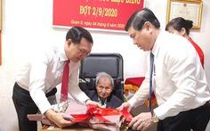Chủ tịch UBND TP.HCM đến tận nhà trao huy hiệu cho đảng viên lão thành