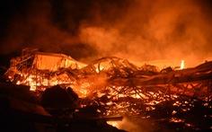 Cháy rất lớn, thiêu rụi hàng ngàn m2 nhà xưởng xí nghiệp đồ gỗ xuất khẩu