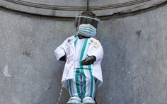 'Chú bé tè' diện đồ bác sĩ để tri ân tuyến đầu chống dịch COVID-19
