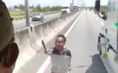 Tài xế container cầm dao chặt gương xe khách trên cao tốc ra trình diện