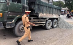 Tài xế xe tải ben giả xe quân đội đổ đá xuống đường bỏ trốn
