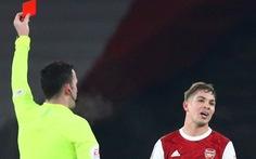 Lãnh thẻ đỏ phút bù giờ rồi được xóa thẻ, sao trẻ ghi bàn giúp Arsenal thắng kịch tính