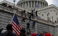 Cảnh sát, lính cứu hỏa đi biểu tình ngoài giờ ở Điện Capitol bị xử lý