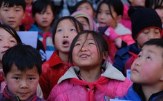 Những gương mặt học trò Quan Hồ Thẩn bỏng lạnh nhận chăn ấm của bạn đọc Tuổi Trẻ