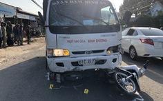 Tài xế ngủ gật lao xe tải vào lề đường trước cổng trường, 5 học sinh bị thương