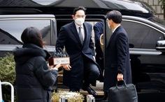 Thái tử Samsung Lee Jae Yong bị phạt 30 tháng tù tội hối lộ, bắt ngay tại tòa
