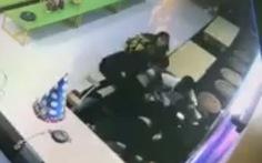 Đang ngồi ôm con trong nhà, người phụ nữ bị 2 gã đàn ông xông vào đấm, đá tới tấp