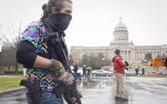 Người ủng hộ ông Trump mang súng tụ tập trước các tòa nhà nghị viện Mỹ