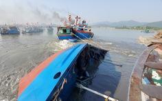 Khẩn trương trục vớt tàu chở dầu chìm gần cảng cá ở Nghệ An