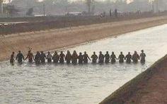 20 người nắm tay dàn hàng ngang trên kênh lạnh buốt rà từng mét nước tìm bé trai 9 tuổi