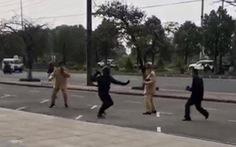 Dùng côn nhị khúc tấn công cảnh sát giao thông và bị khống chế