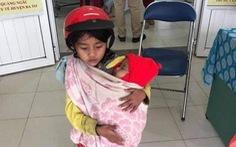 Bé gái ôm em đi tiêm phòng: Sau hình ảnh xúc động là một câu chuyện buồn