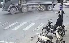Xe máy vượt đèn đỏ tông ôtô, 2 người đi xe máy chết