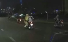 Video CSGT bám vào xe máy đang chạy rồi ngã xuống đường