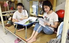Hai chị em khuyết tật ở giảng đường sư phạm