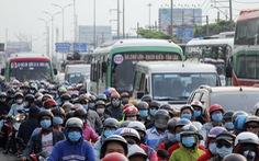 Từ 16h chiều 3-1, cửa ngõ miền Tây của Sài Gòn đông dần, trái cây, gà qué 'đu' xe