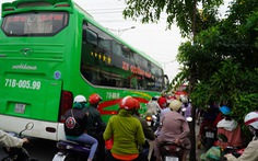 Đường miền Tây về Sài Gòn đã chật, xe đò, xe buýt còn đua nhau bít làn xe máy