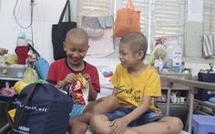 Mang xuân đến trẻ em ở bệnh viện: 'Con muốn mang quà này về tặng chị'